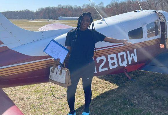 Para esta joven garífuna, 'el cielo es el limite', no es una broma y va por su licencia de piloto
