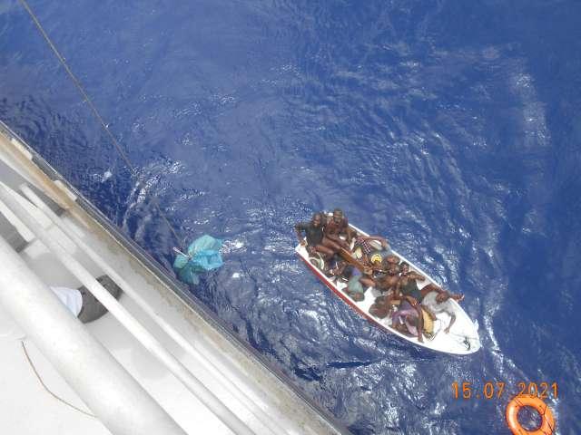 Tuvieron que depositar al mar, al capitán un día antes que los rescatara el Amsterdam