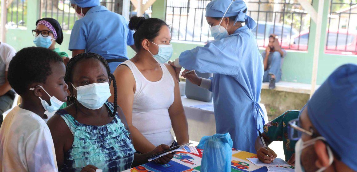 Pobladores de Corozal y Sambo Creek se inmunizan contra la covid-19 en el marco de la 3era Vacunatón